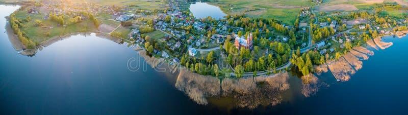 Lago y una ciudad, panorama aéreo grande fotos de archivo libres de regalías