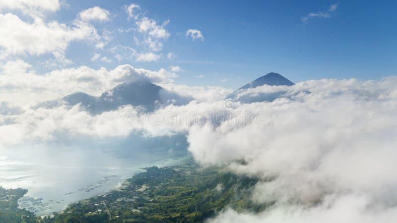 Lago y volcán hermosos Batur con la niebla fotografía de archivo