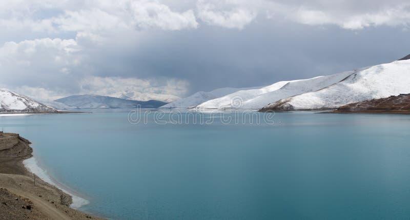 Lago Yamdrok en Tíbet imagen de archivo
