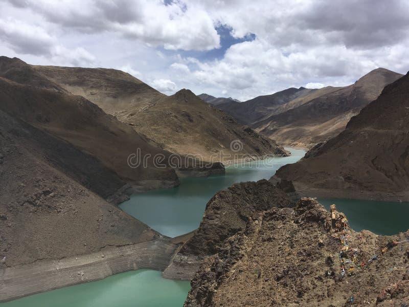 Lago Yamdrok vicino a Karola Glacier in primavera nel Tibet in Cina fotografia stock libera da diritti