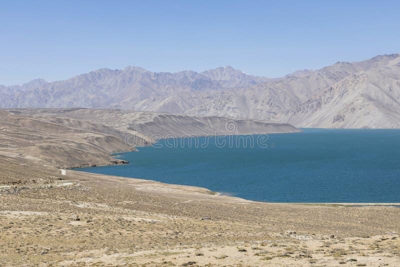 Lago Yashikul en las montañas de Pamir cerca de Bulunkul en Tayikistán foto de archivo libre de regalías