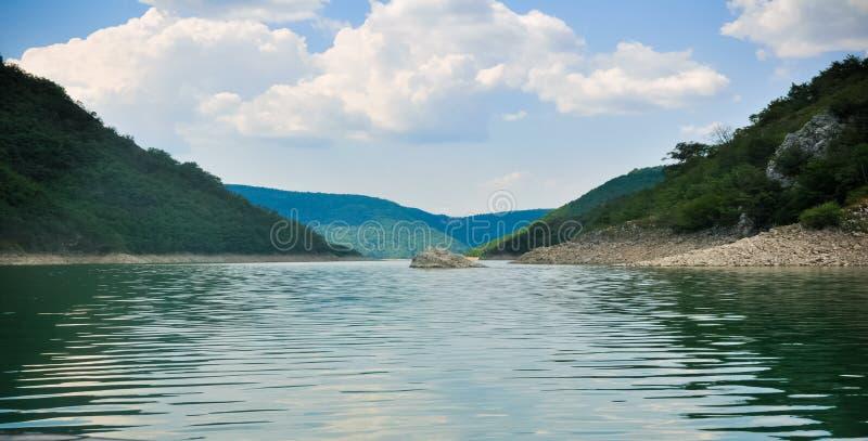 Lago Zaovine in ampia fotografia della Serbia fotografie stock libere da diritti