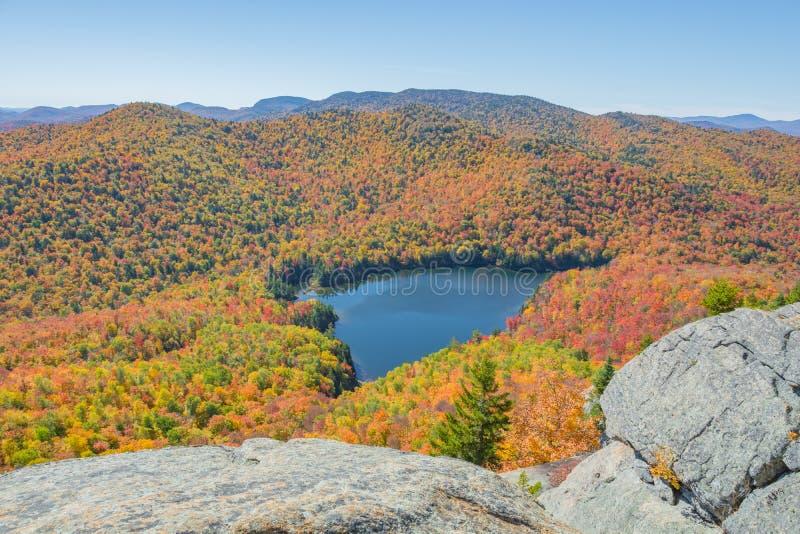 Lagoa aninhada em uma paisagem colorida fotografia de stock royalty free