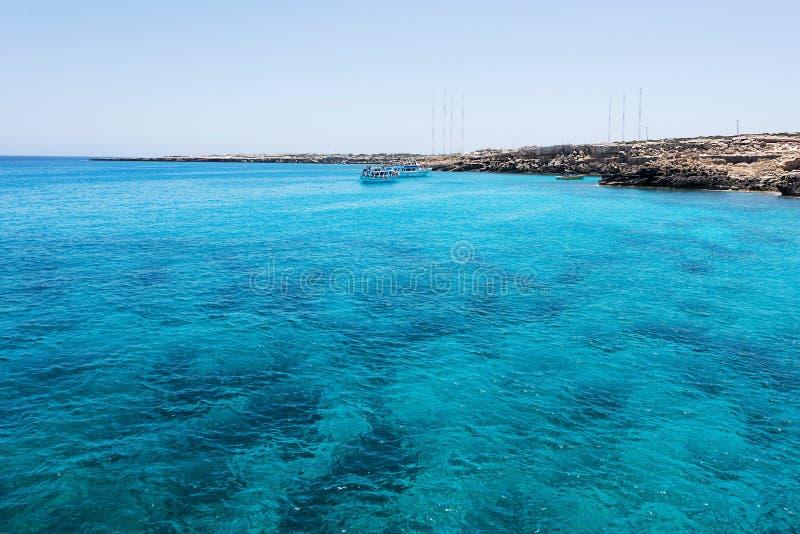 Lagoa azul com barcos e povos da natação imagem de stock royalty free