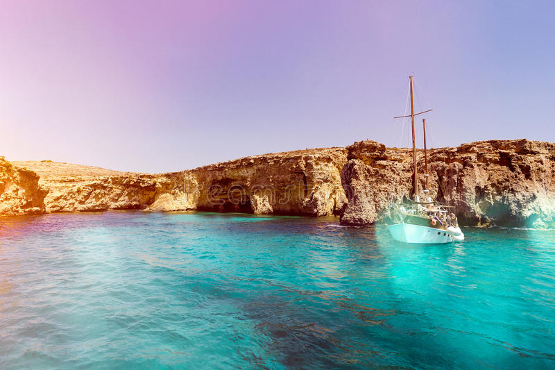 Lagoa azul de Malta e água e barco montanhosos da beleza da costa imagem de stock