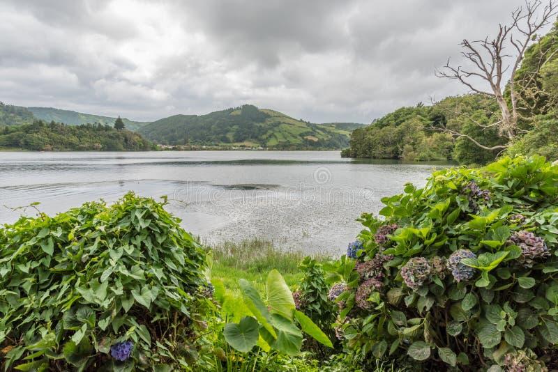 Lagoa Azul en Sete Cidades en la isla del sao Miguel en las Azores, Portugal foto de archivo libre de regalías