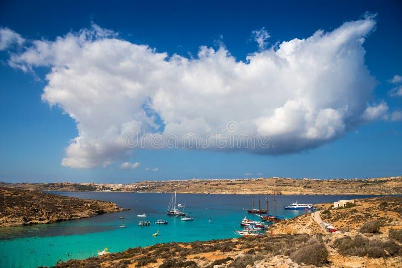 Lagoa azul, Malta - nuvens bonitas sobre a lagoa azul famosa do ` s de malta na ilha de Comino com a ilha de Gozo fotografia de stock