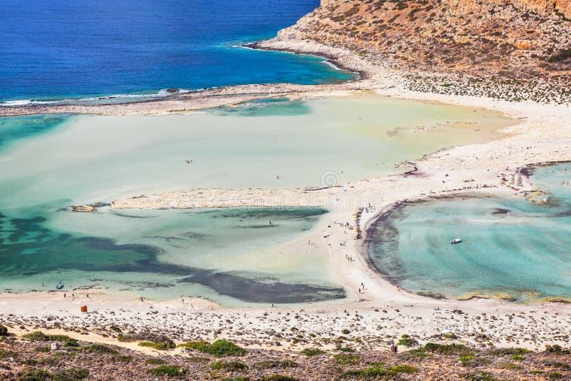 Lagoa bonita do mar com água clara dos azuis celestes imagem de stock