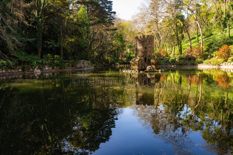 Lagoa bonita no parque de Pena perto do palácio nacional de Pena Sintra fotografia de stock