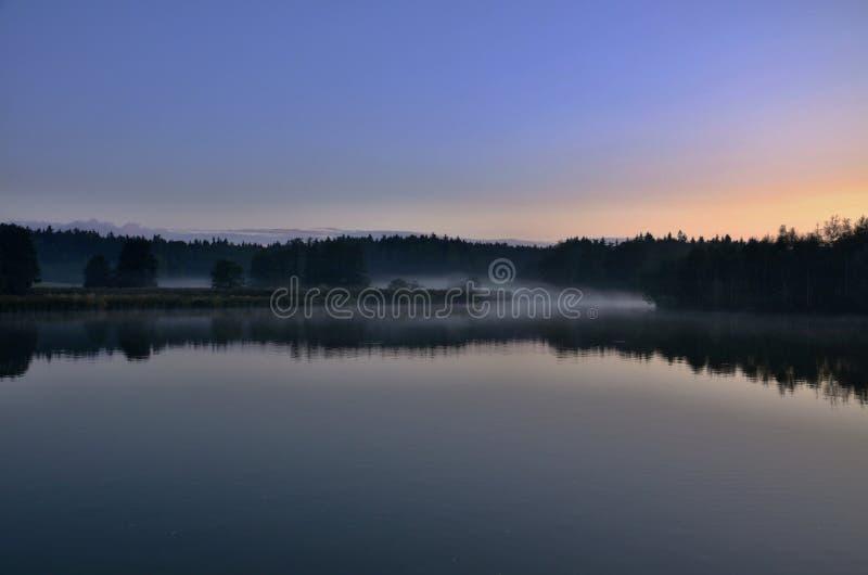 Lagoa com névoa fotografia de stock