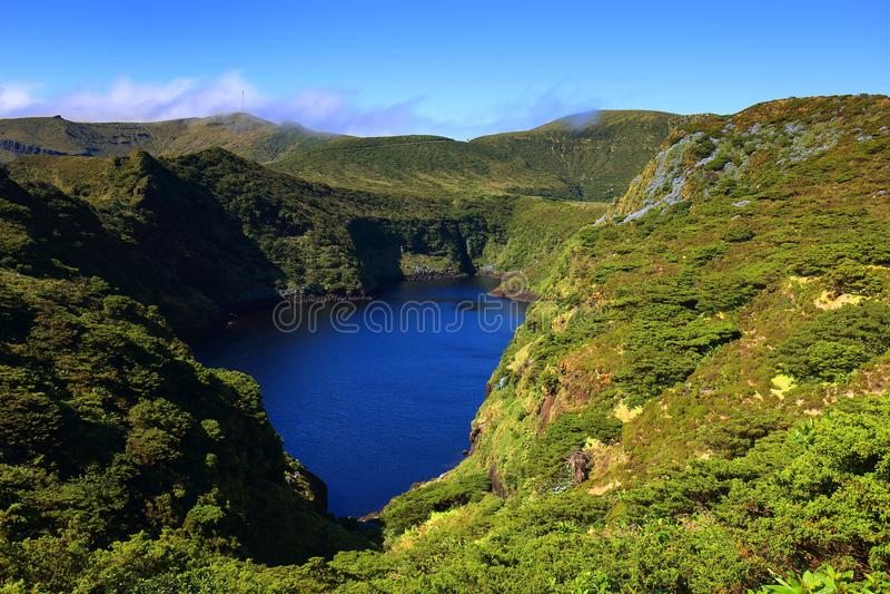 Lagoa Comprida - il lago lungo in inglese, isola del Flores immagine stock