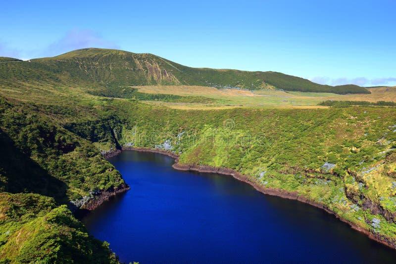 Lagoa Comprida - il lago lungo in inglese, isola del Flores immagini stock