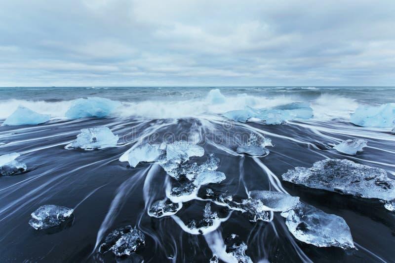 Lagoa da geleira de Jokulsarlon, por do sol fantástico na praia preta, Islândia imagens de stock royalty free