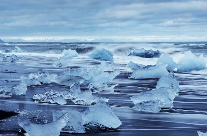Lagoa da geleira de Jokulsarlon, por do sol fantástico na praia preta, Islândia foto de stock royalty free