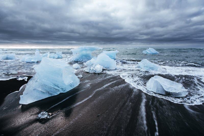 Lagoa da geleira de Jokulsarlon, por do sol fantástico na praia preta, Islândia fotografia de stock royalty free