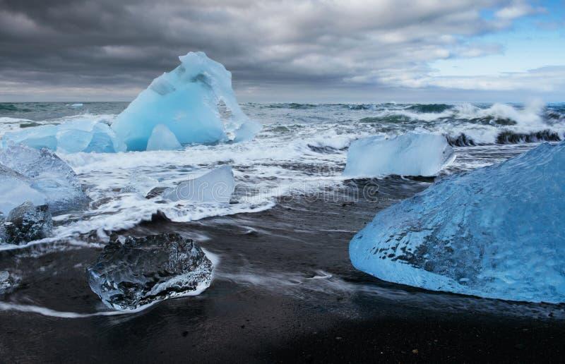 Lagoa da geleira de Jokulsarlon, por do sol fantástico na praia preta, Islândia fotos de stock royalty free