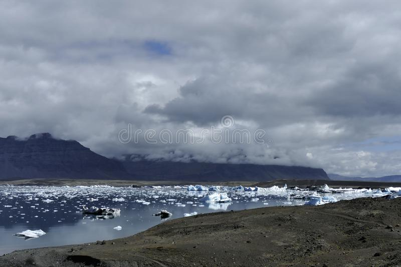 Lagoa da geleira do ³ n do rlà do ¡ de Jökulsà na luz dramática, Islândia foto de stock royalty free