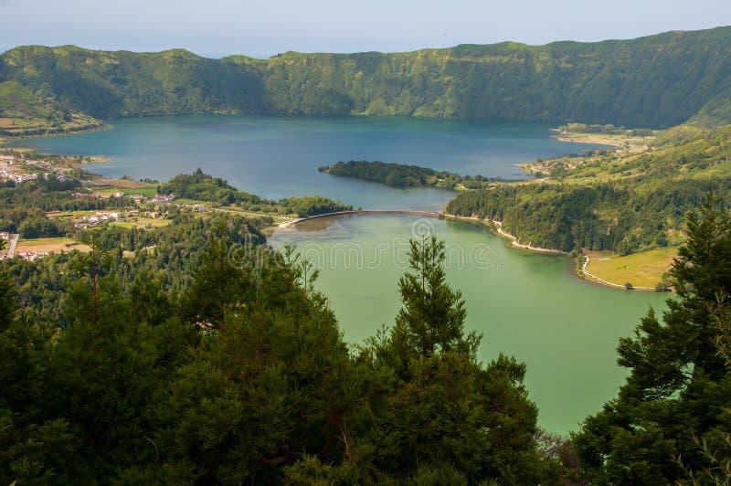 Lagoa DAS Sete Cidades é ficado situado na ilha do Sao Miguel, Açores e caracterizado pela coloração dobro de suas águas fotos de stock