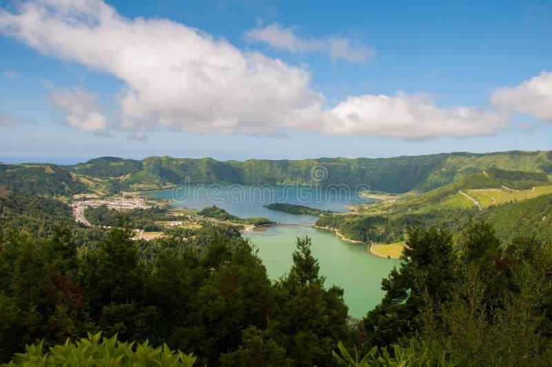 Lagoa DAS Sete Cidades é ficado situado na ilha do Sao Miguel, Açores e caracterizado pela coloração dobro de suas águas foto de stock