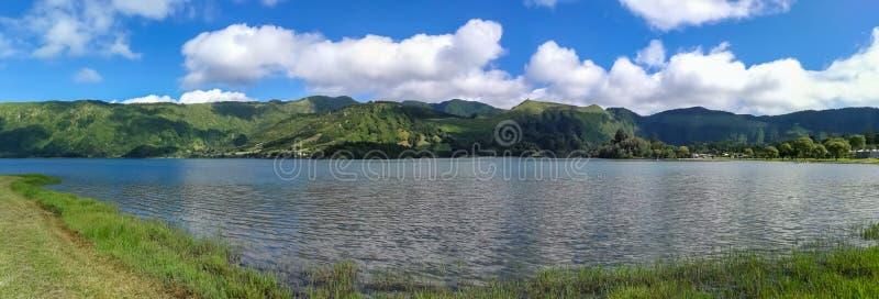 Lagoa das Sete Cidades está situado en la isla del sao Miguel, Azores y caracterizado por la coloración doble de sus aguas imágenes de archivo libres de regalías