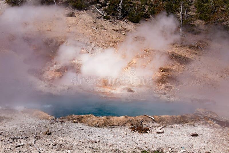 Lagoa de água quente de ebulição no parque nacional de Yellowstone imagem de stock