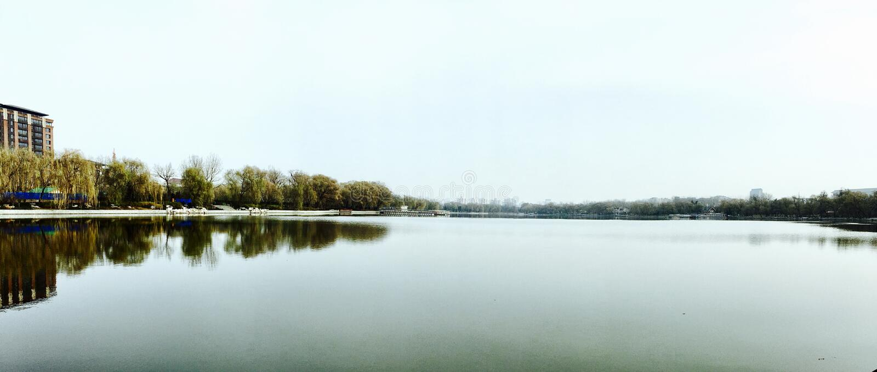 A lagoa de Autumn The está obtendo mais baixo e mais baixo imagem de stock royalty free