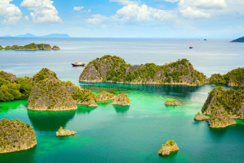 Lagoa de Paradise com ilhas e água da calma de turquesa imagem de stock royalty free