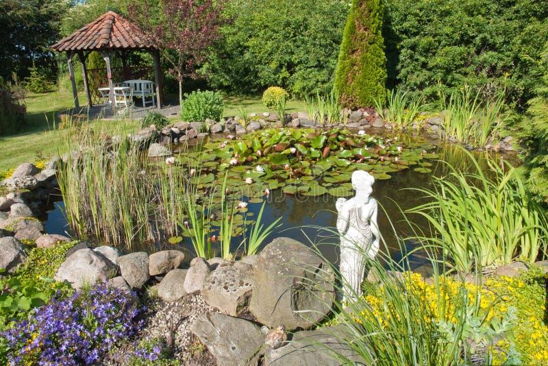 Lagoa de peixes clássica bonita do jardim imagens de stock