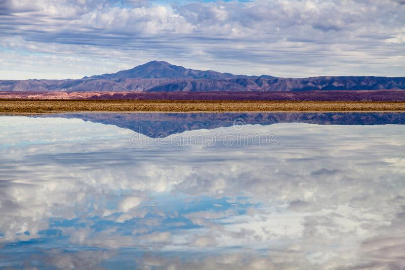 Lagoa de sal na opinião da paisagem do  de Salar de Atacamano deserto de Atacama no Chile, com montanhas e reflexões do vulcão imagem de stock