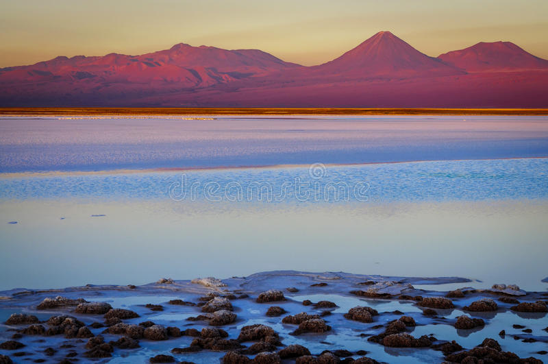 Lagoa de Tebenquinche e vulcão de Licancabur em San Pedro de Ataca fotos de stock