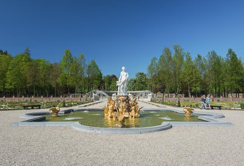 Lagoa decorativa com esculturas gregas imagem de stock