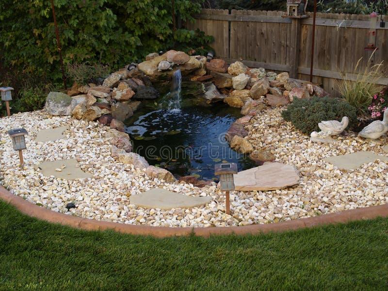 Lagoa decorativa no jardim fotografia de stock royalty free