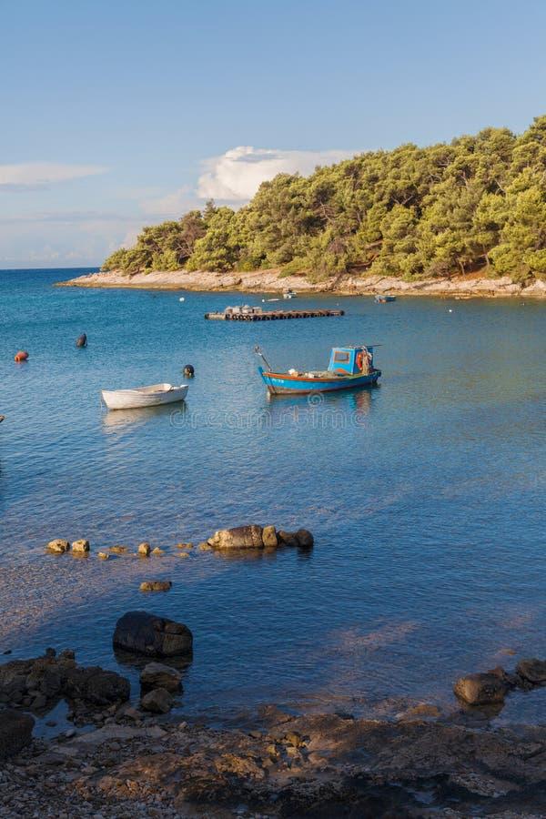 Lagoa do cais e do barco no croata fotos de stock royalty free