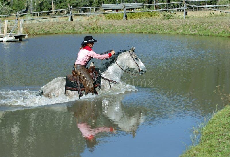 Lagoa do cruzamento do Cowgirl com reflexão fotos de stock royalty free