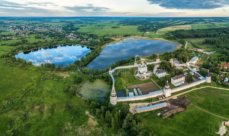 Lagoa do monastério e do Joseph de Joseph-Volokolamsk fotografia de stock