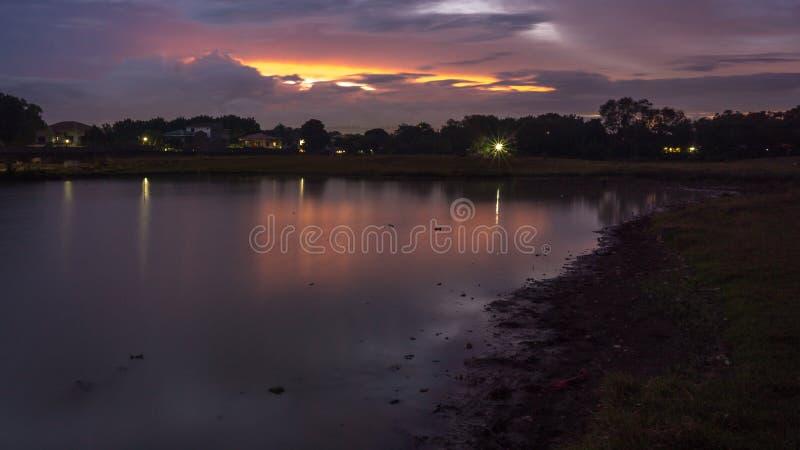 A lagoa durante a hora azul fotos de stock