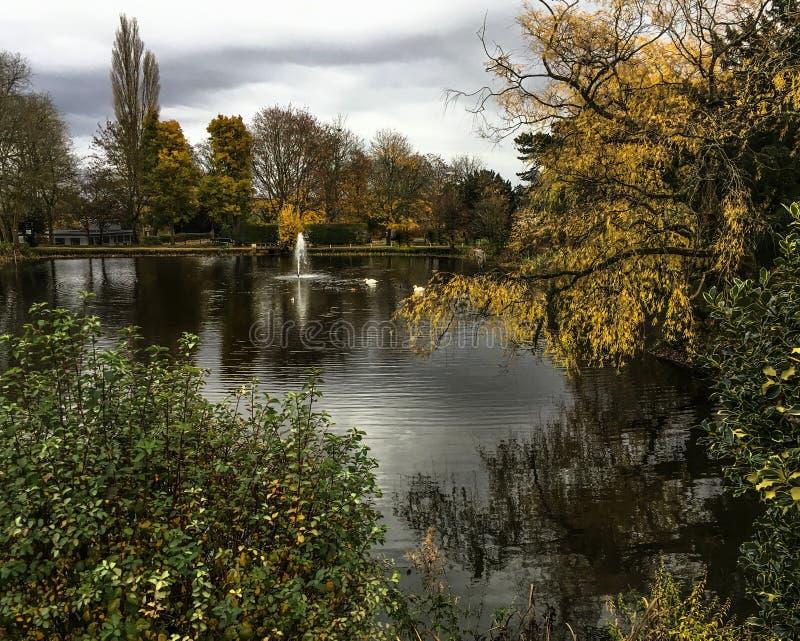 Lagoa e fonte no parque de Bletchley fotos de stock