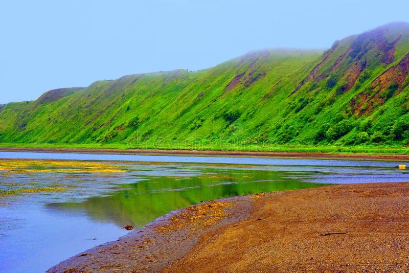 Lagoa e montanhas do mar verde fotografia de stock royalty free