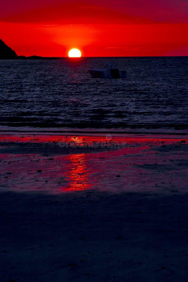 a lagoa e o litoral do por do sol em madagascar intrometido sejam imagens de stock