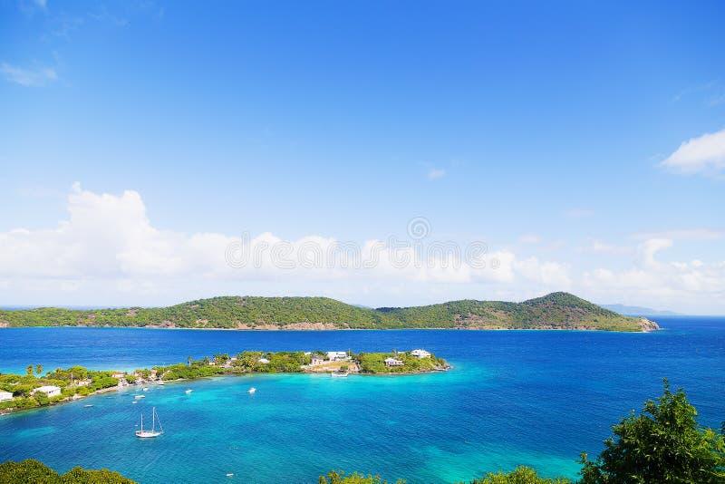 A lagoa e os barcos tropicais da ilha amarraram nas águas pouco profundas, St Thomas, E.U. VI imagens de stock