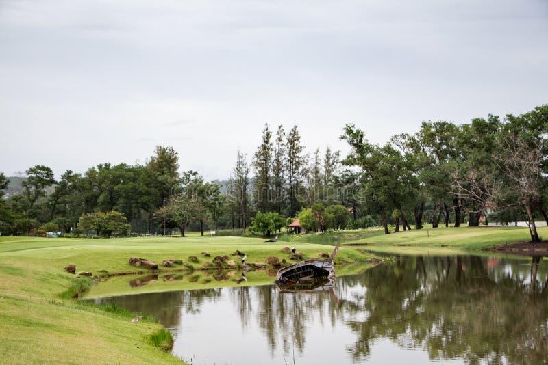 A lagoa em um campo de golfe em Tailândia foto de stock royalty free