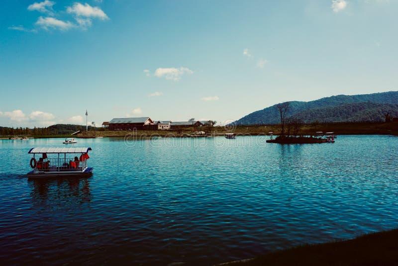 Lagoa em Xiling Snow Mountain imagens de stock royalty free