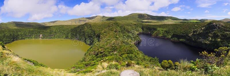 Lagoa Funda和Lagoa Comprida孪生在弗洛勒斯海岛,亚速尔群岛群岛上的湖 库存图片