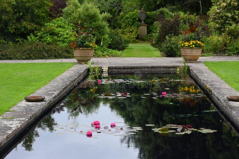Lagoa, jardim de Tintinhull, Somerset, Inglaterra, Reino Unido imagem de stock