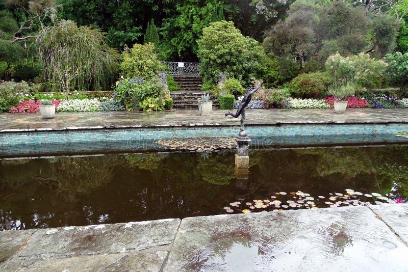 Lagoa no jardim italiano do estilo foto de stock