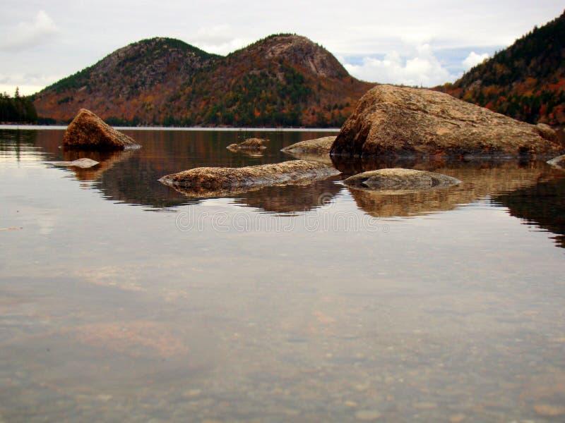 Lagoa no outono, parque nacional de Jordão do Acadia, Maine foto de stock royalty free