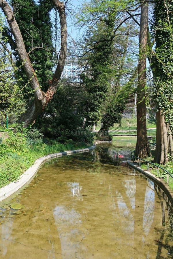 Lagoa no parque Paul Mistral em Grenoble, França imagem de stock