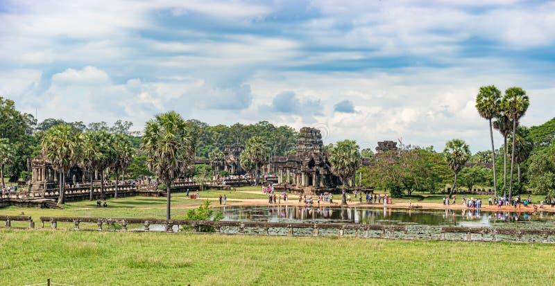 Lagoa refletindo norte e construção de biblioteca norte em Angkor Wat foto de stock