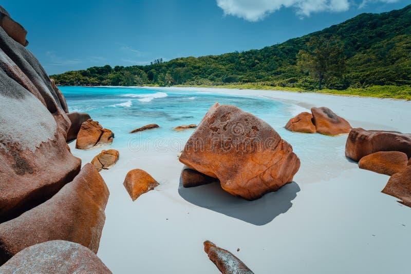 Lagoa tropical com pedregulhos do granito na água de turquesa e em uma areia branca pristine em Cocos de Anse, ilha de Digue do L fotografia de stock
