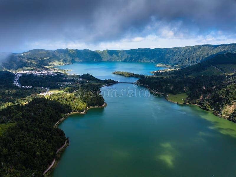 Lagoa Verde och Lagoa Azul, sjöar i Sete Cidades vulkaniska krater på den San Miguel ön, Azores arkivbild